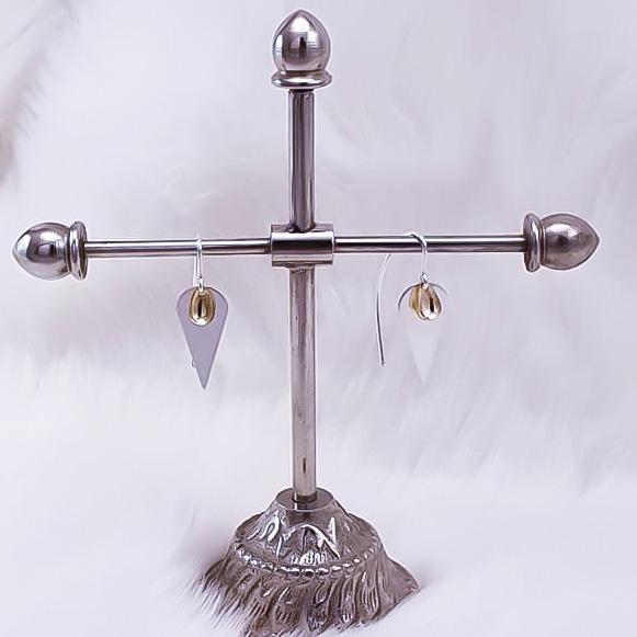 Dråpe Øredobber med forgylt skjedblad og tøffe ørekroker i sølv.