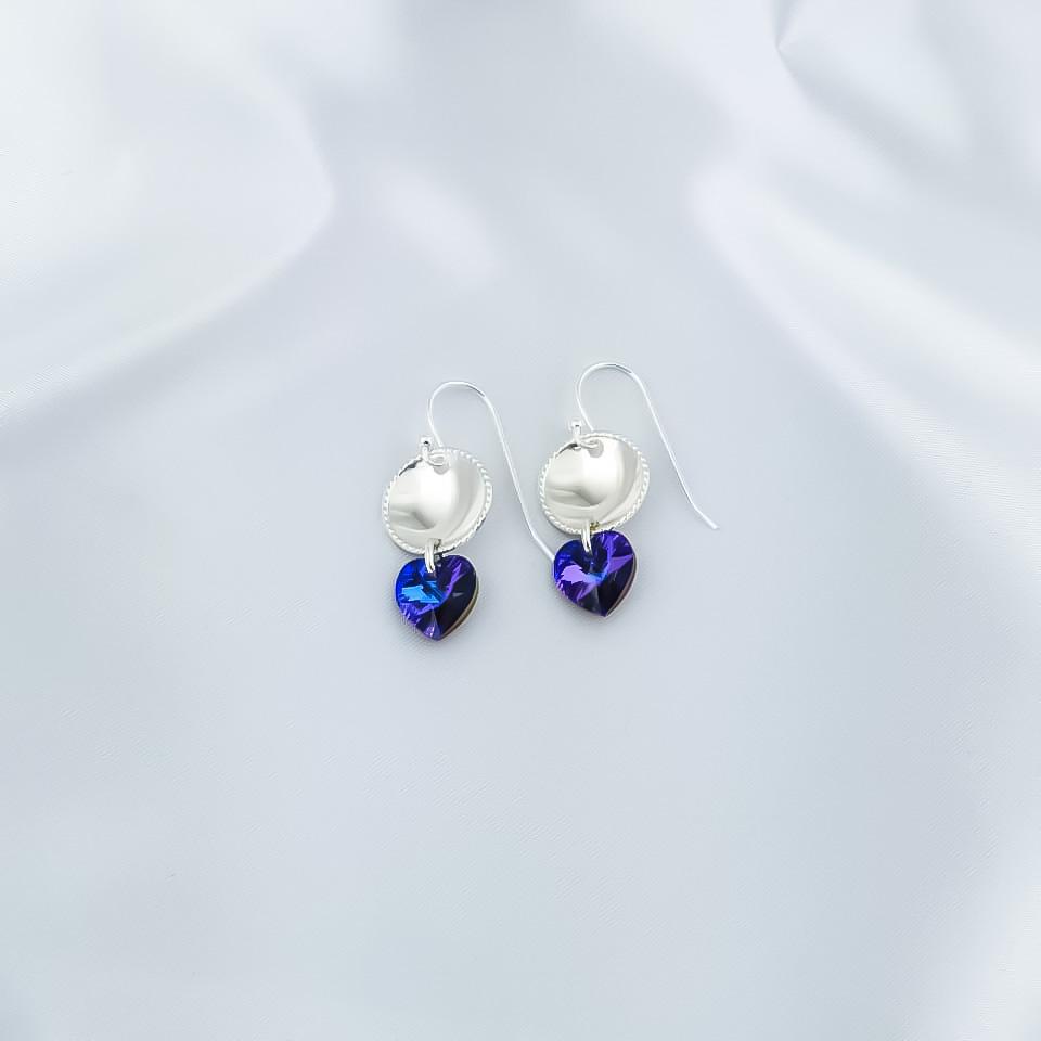 Sølvøredobber med blå skimrende swarovski hjerter