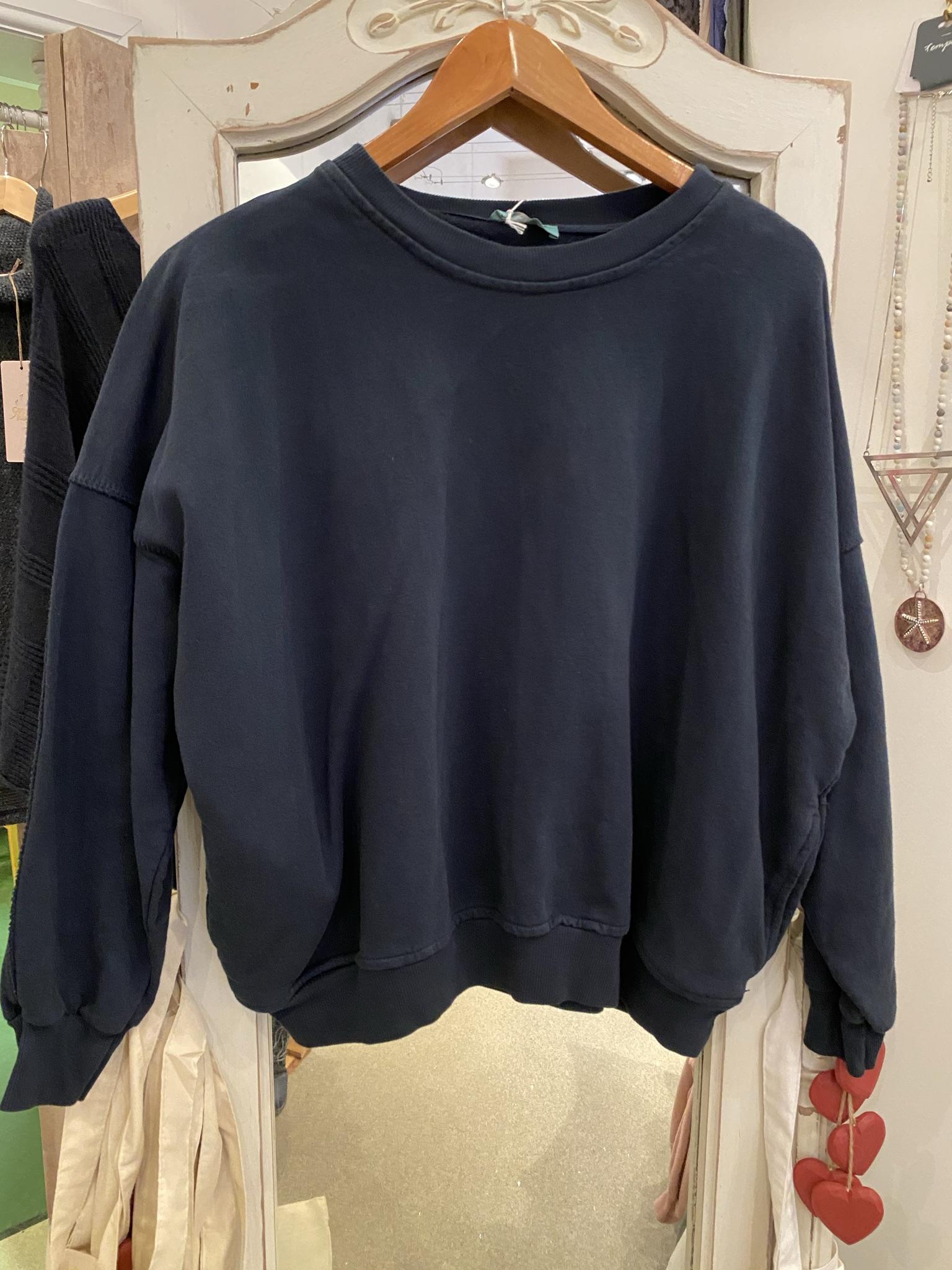Crew neck sweatshirt with pockets