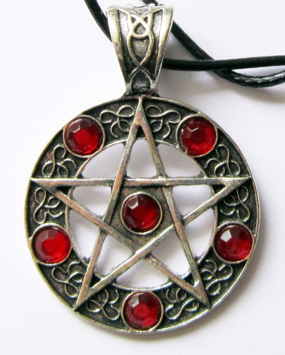 Pentagrammi riipus verenpunaisin kivin