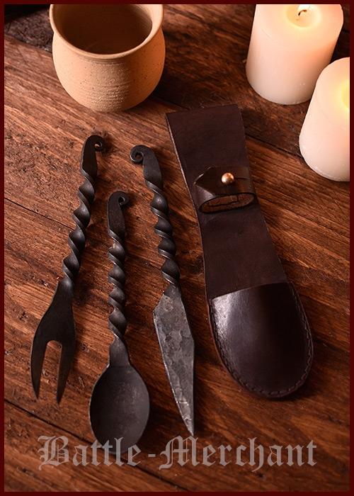 Ruokailuvälineet, takorautaa veitsi, haarukka ja lusikka nahkapussukassa