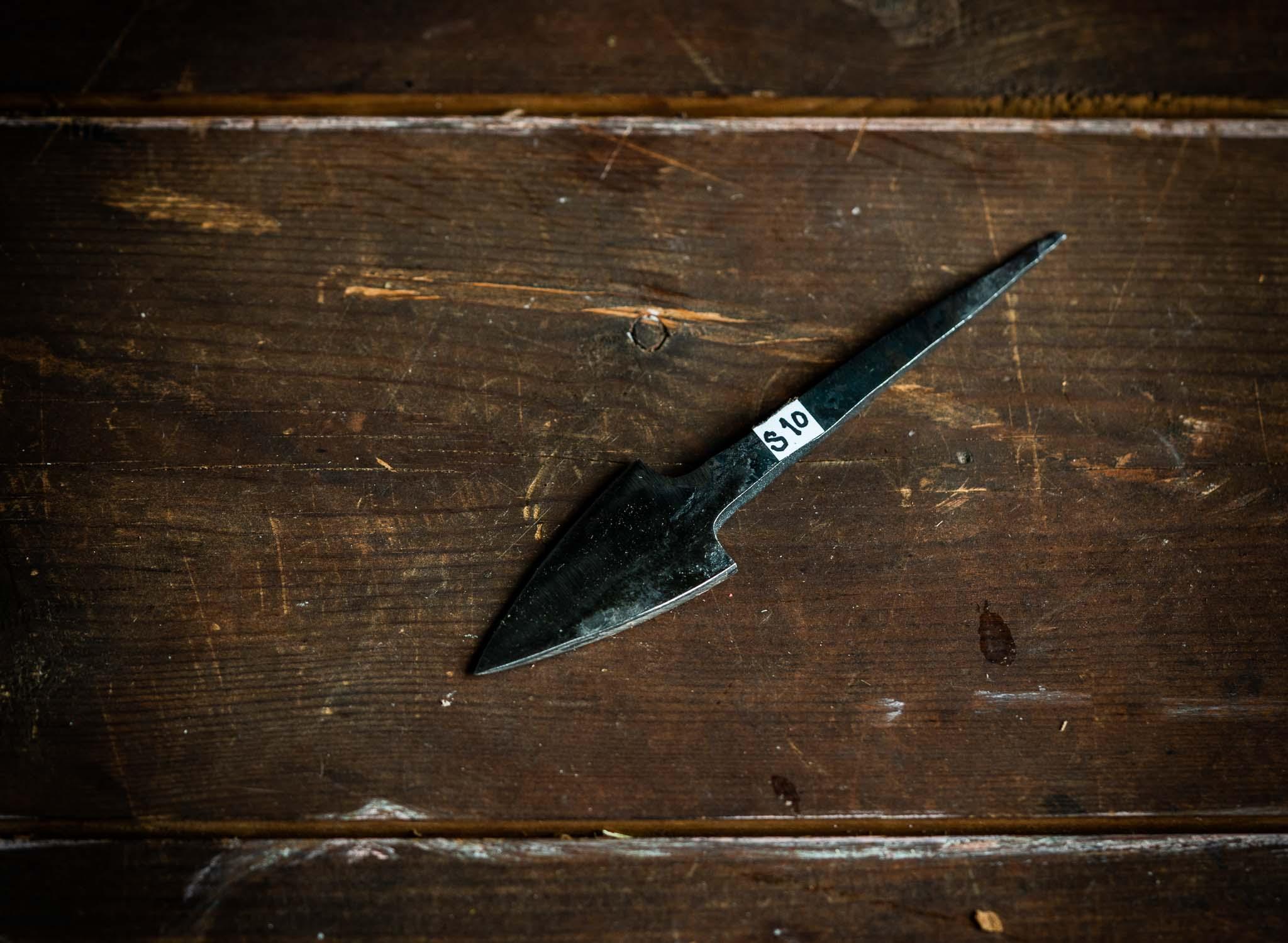 Seppämestarin teräaihio n.4cm terällä, lyhyt nuolenkärki, kaiverrukseen, emännänpuukoksi