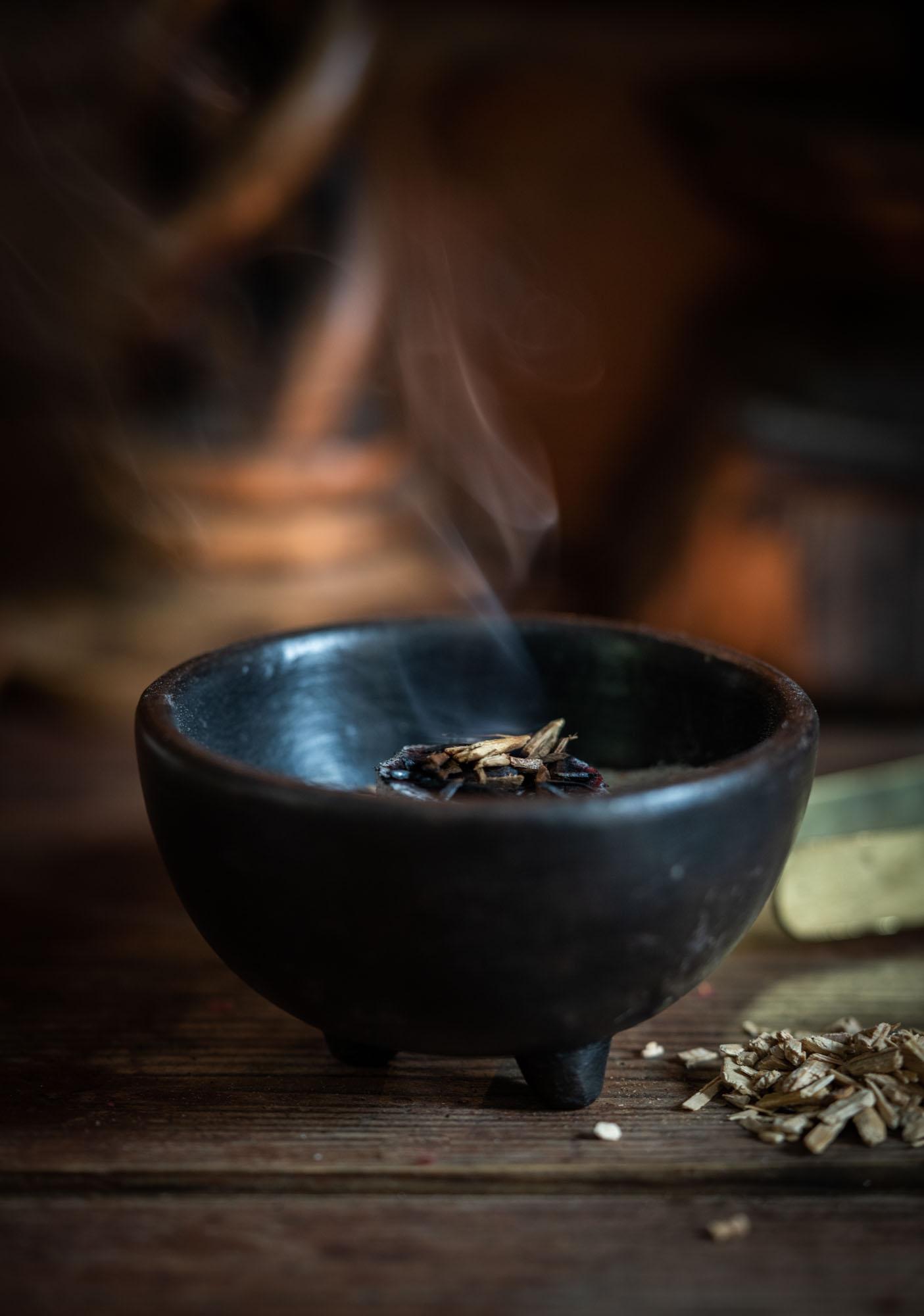 Keraaminen suitsukekulho, musta ( Witch Incense Bowl )