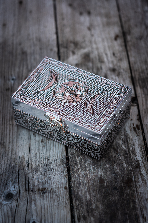 Metallinen rasia pentagrammi ja kolmoiskuu kaiverruksin