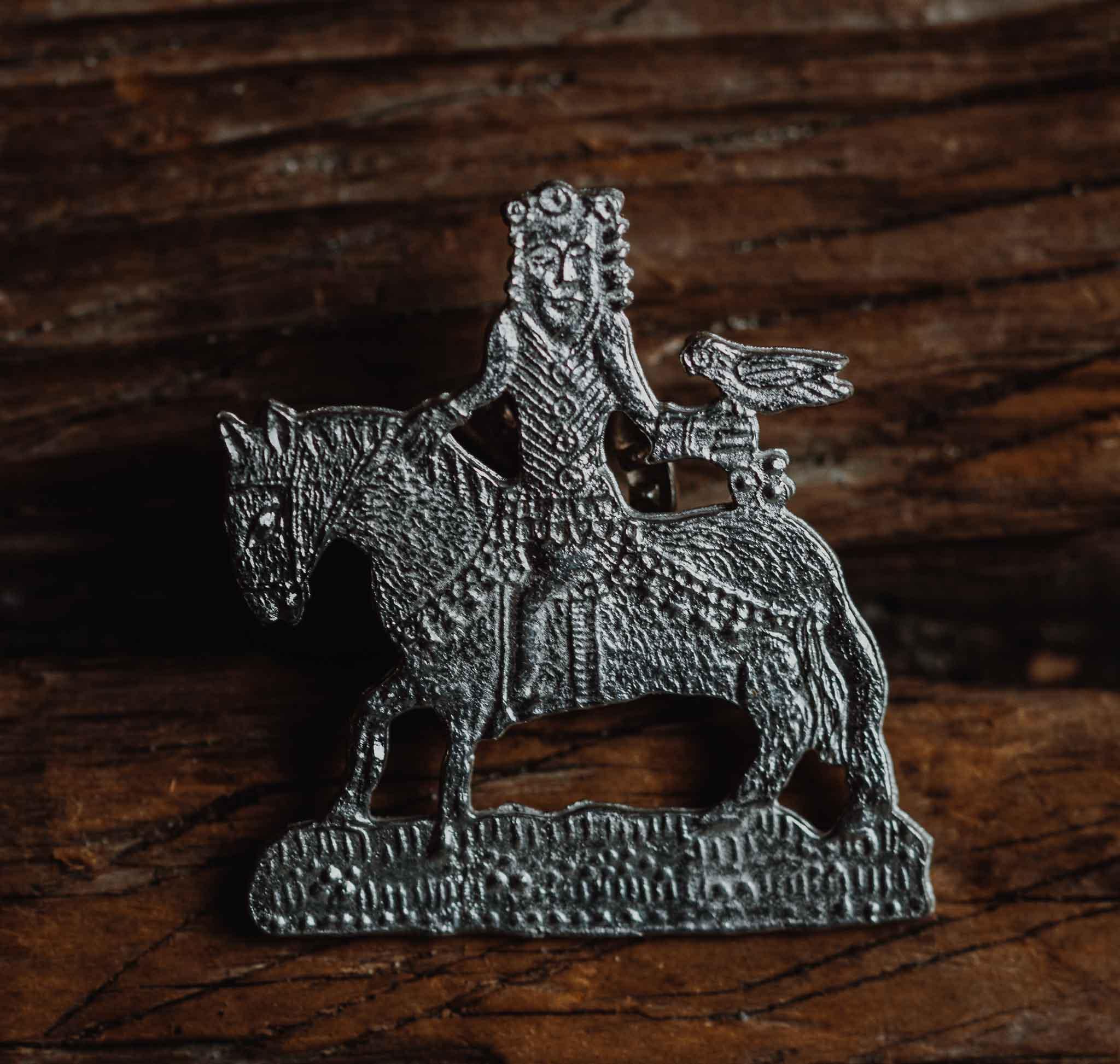 Haukanmetsästäjä tinapinssi, kovatinaa 1300-luku