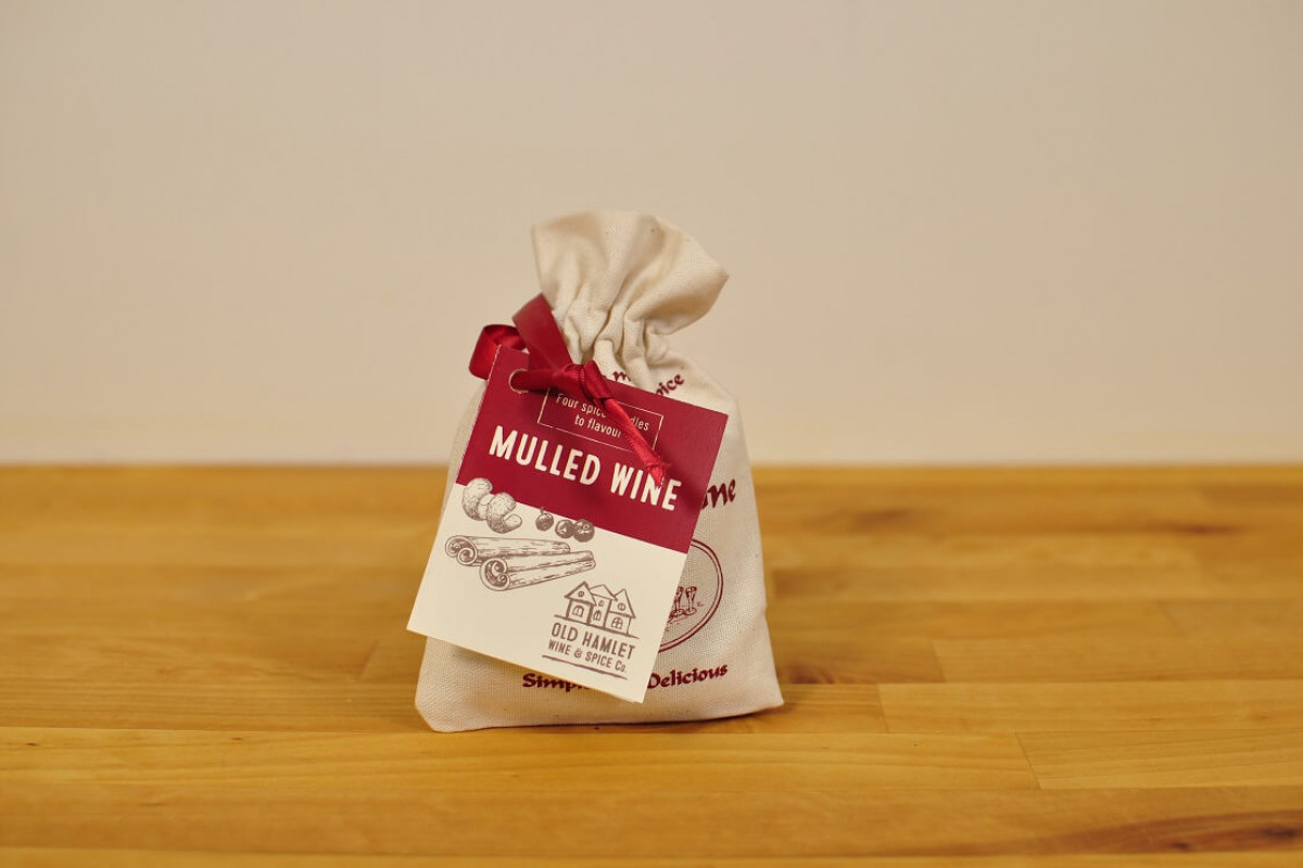 Lämmitetty viini mausteseos 2 annosta kangaspussissa Mulled Wine Spices In Pouches (Calico Bag)