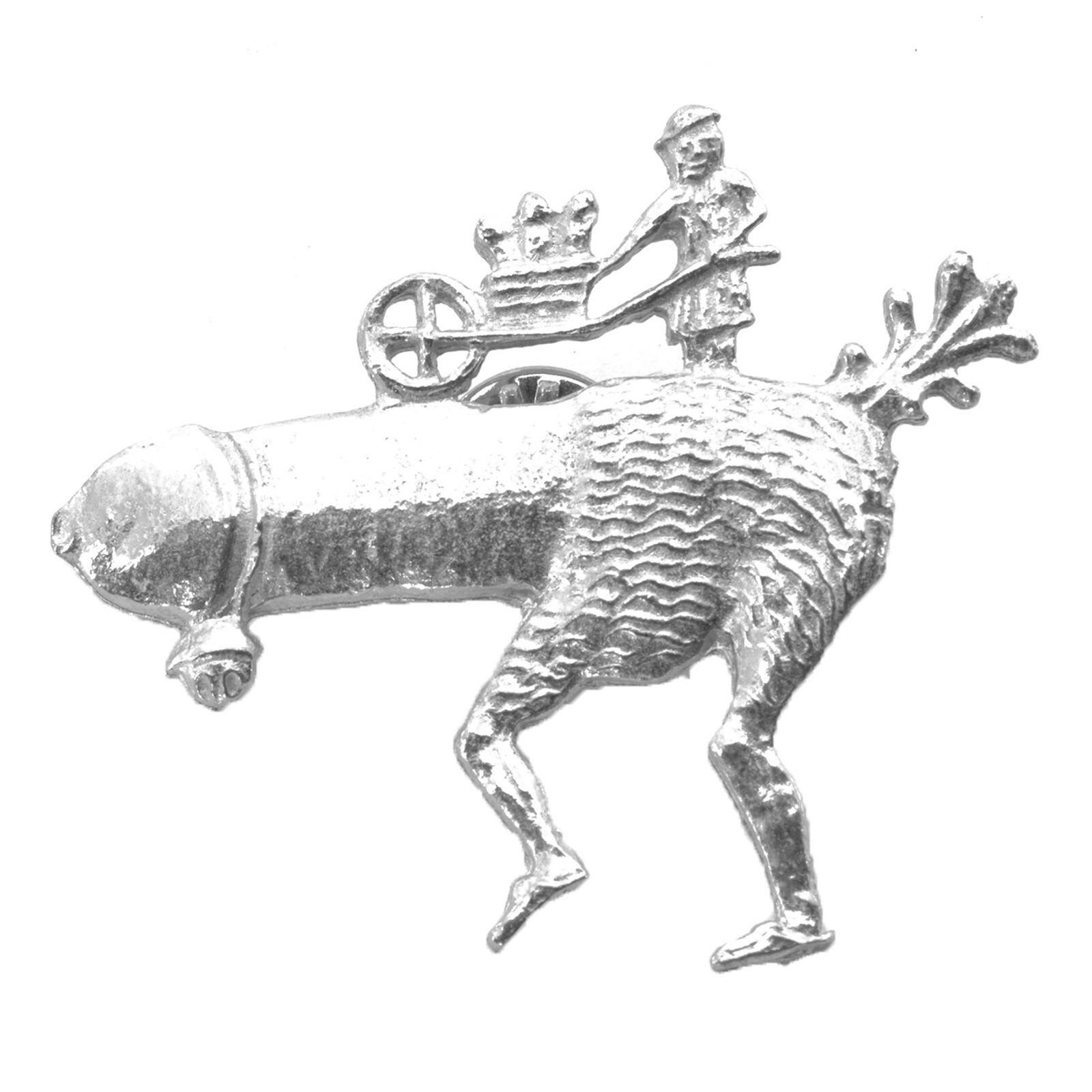 Juokseva fallos, kulkusella ja kottikärryillä joissa lisää falloksia 1400-1450 luvuilta tinapinssi