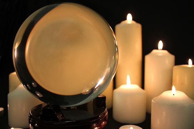 Kristallipallo puujalustalla 15cm