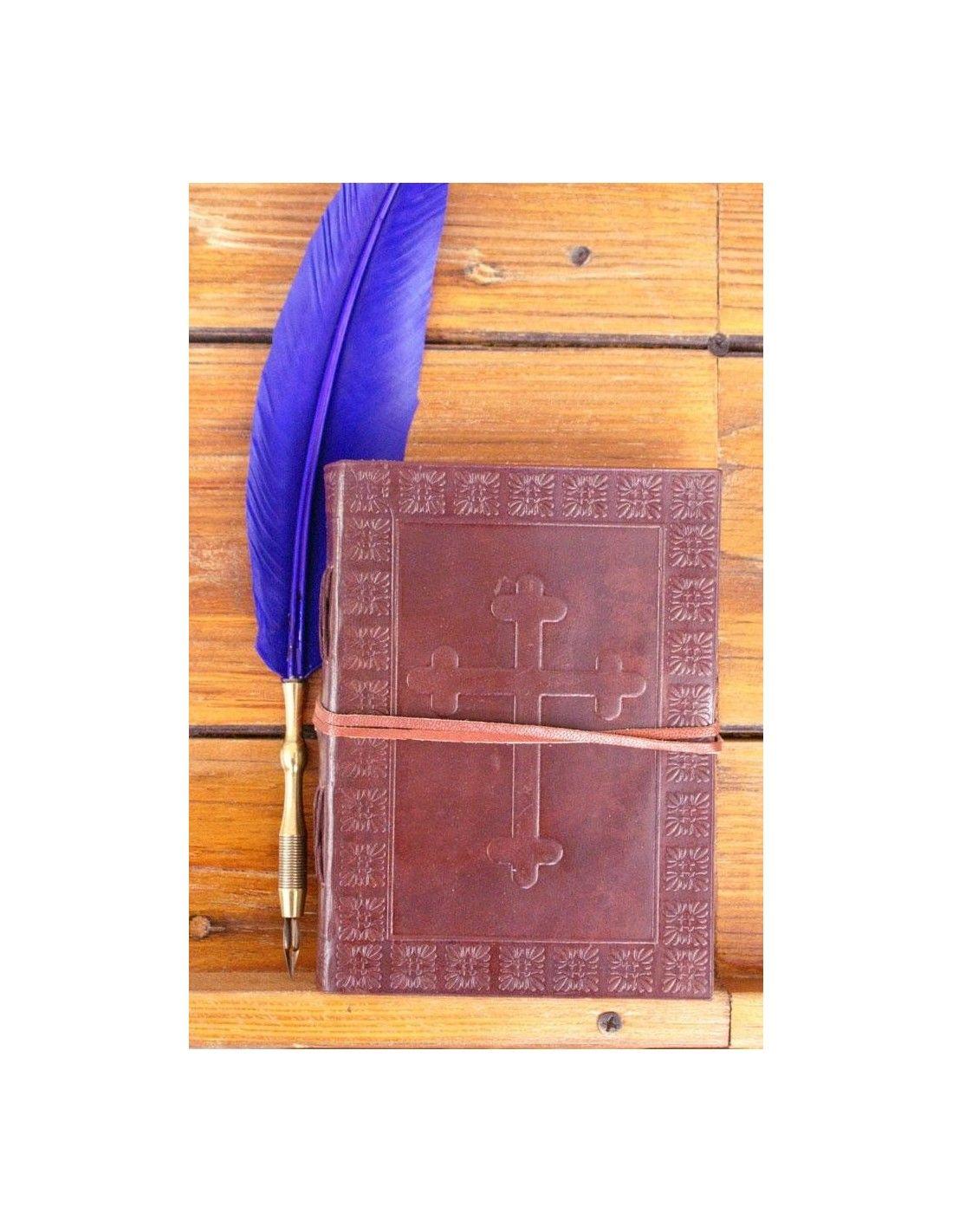 Nahkakantinen muistikirja keskiaikasella ristillä