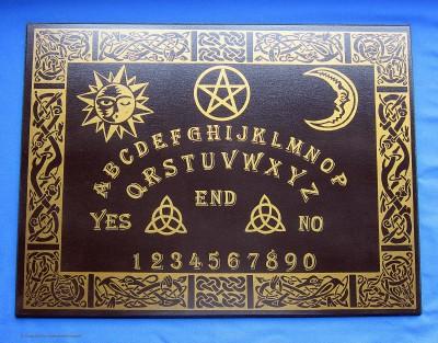 Ouija lauta englanninkielinen kelttikoristein