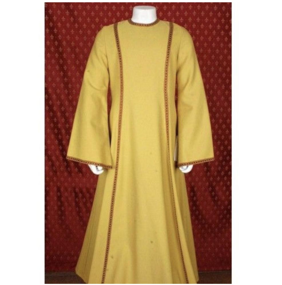 Aatelisnaisen mekko Irema