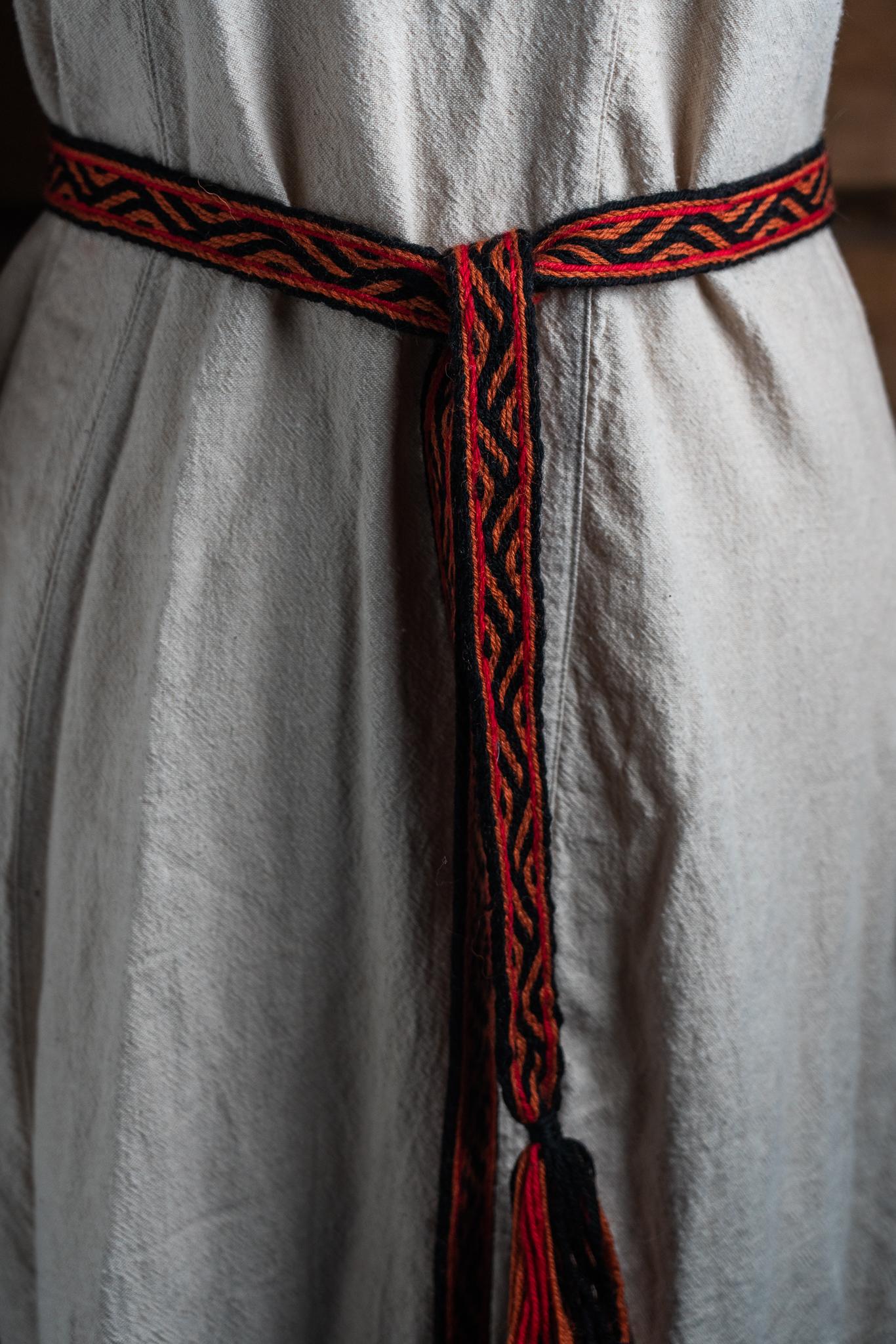 Lautanauha vyö puna-musta (Kaksi kanaa ja pässi)