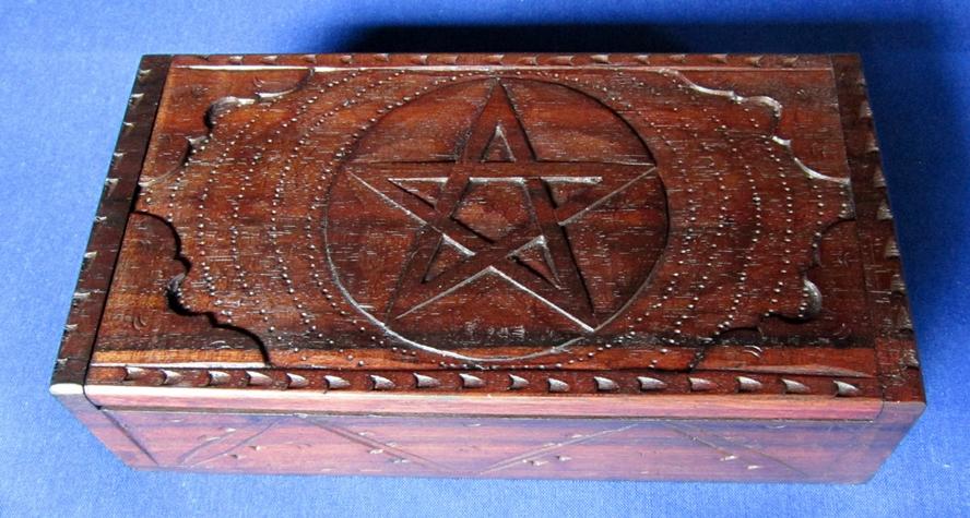Puinen laatikko pentagram kaiverruksin TARJOUS TUOTE!!