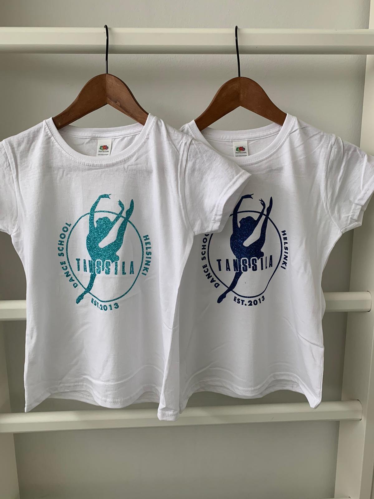 Tanssila, valkoinen t-paita turkoosilla glitterillä