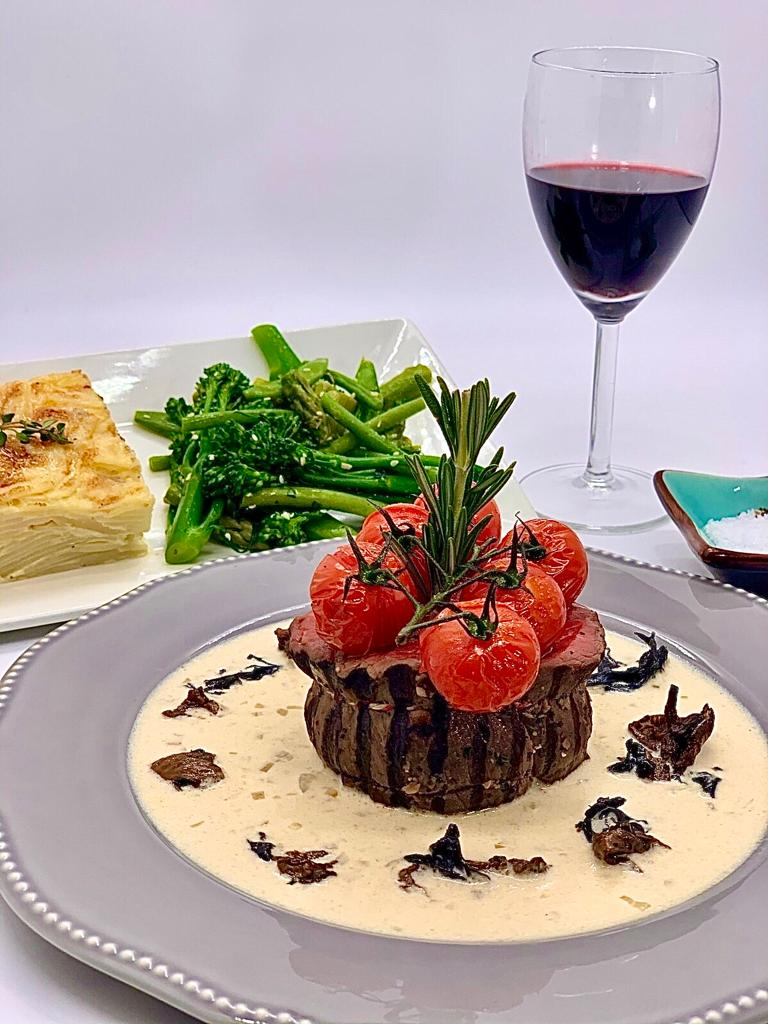 Chargrilled beef filet sous vide with 4 sauces to choose from & 2 sides  ( 4 guests)