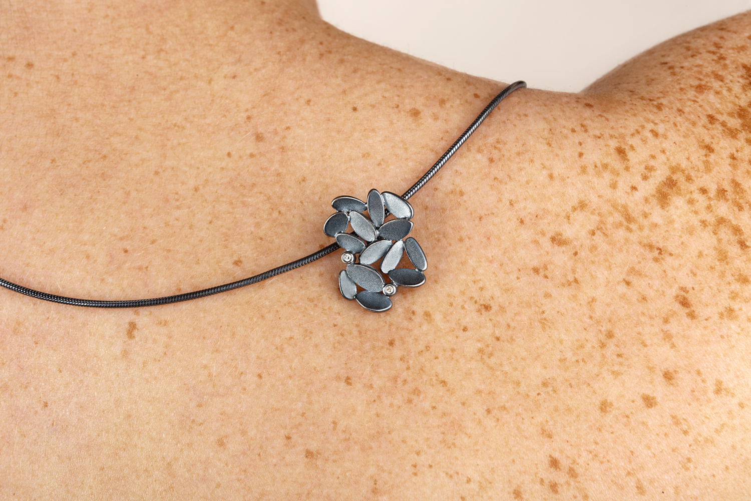 #1123 Glimmer lyng pendant with 2 diamonds