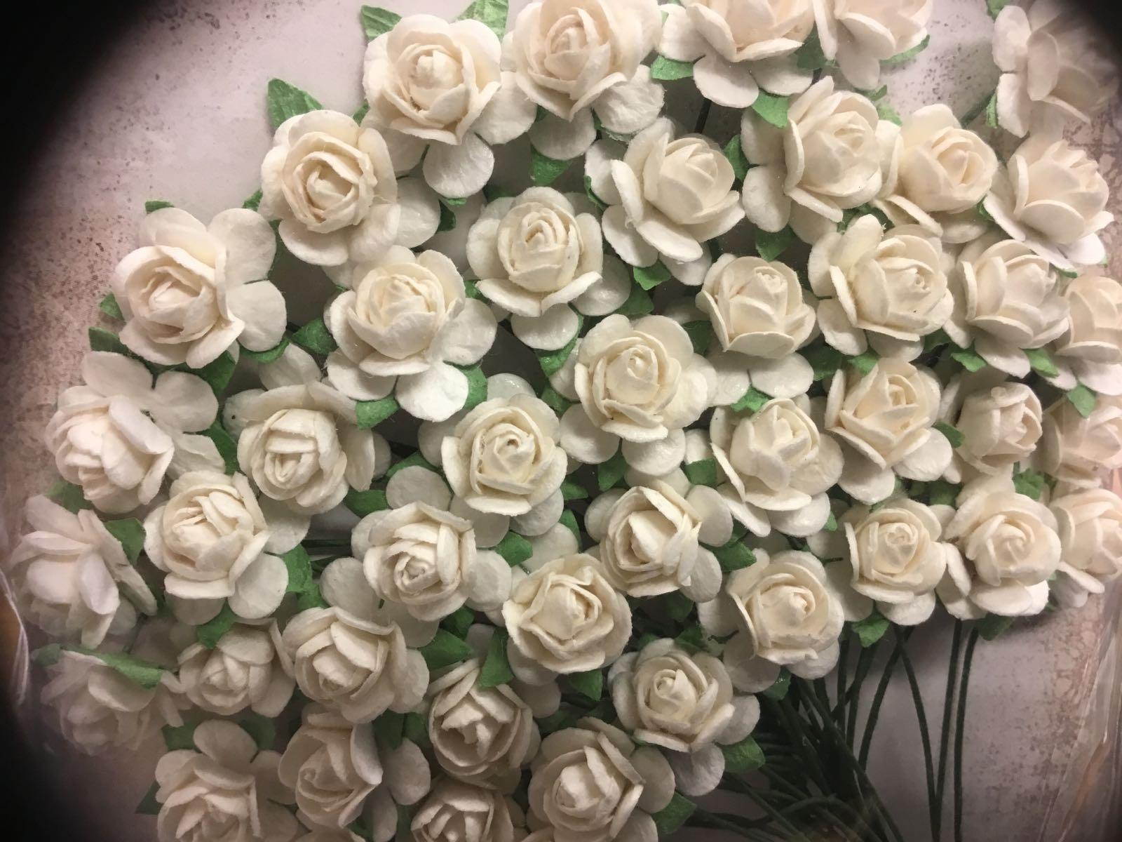 Papirdesign blomster, roser, hvite, Ø:1cm . 50 stk pr pk.