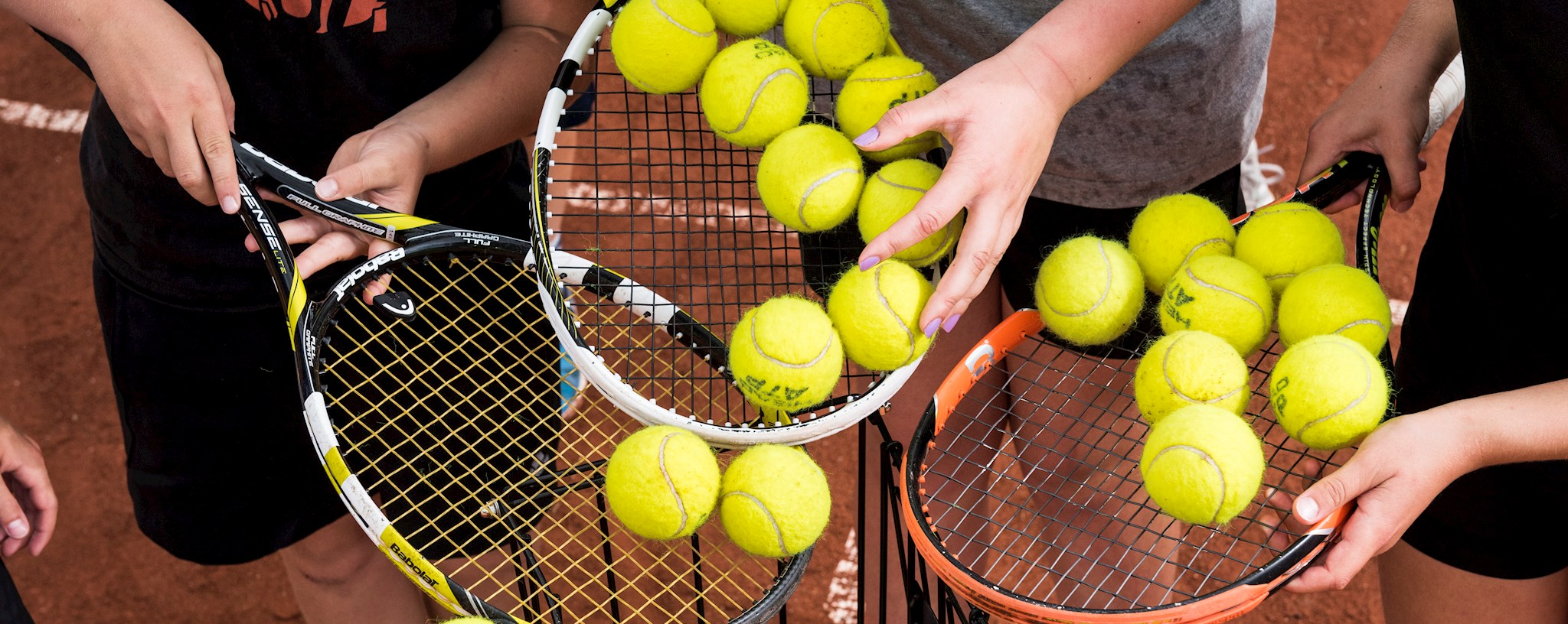 Tennis udstyr, ketjere og bolde pr time