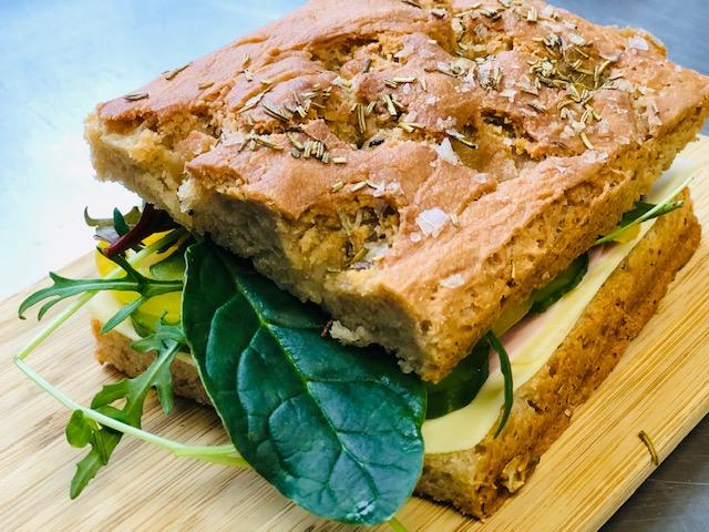 Focaccia smörgås med pålägg